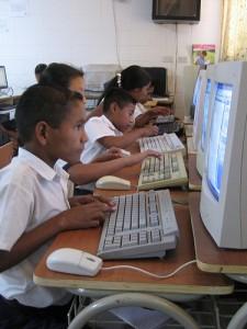 kinderen achter computers