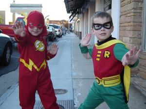 Twee jongens verkleed voor Halloween als superhelden