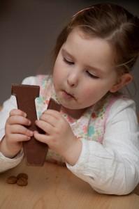 meisje eet chocoladeletter