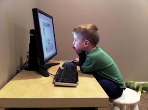 jongen achter computer