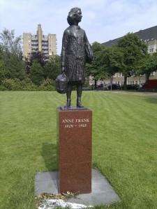 Beeld van Anne Frank op het Merwedeplein Amsterdam