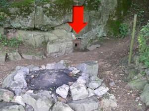 ingang van grot voor speleo-expeditie in Hotton België