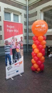ingang concertgebouw vluchtelingenwerk ballonnen