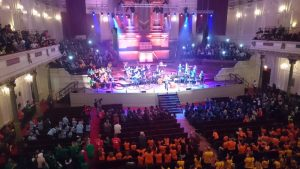 Vluchtelingenkinderen dansen en zingen in het Concertgebouw